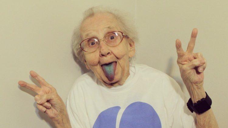 Grandma Betty z niebieski językiem